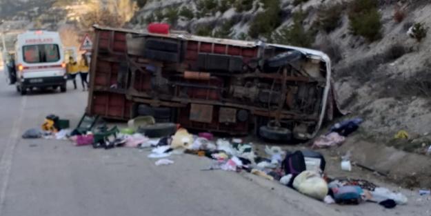 Ev eşyası taşıyan kamyonet kaza yaptı: Ölü ve yaralılar var