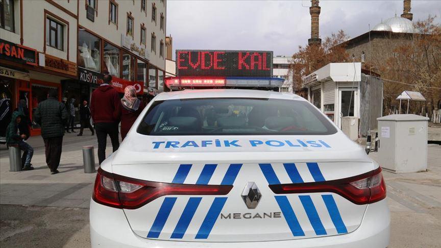 'Evde kal', 'Hayat eve sığar' yazıları polis araçlarının tepe lambalarında