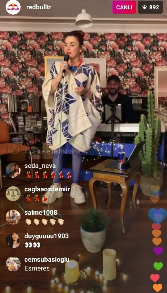 EvdeÇal'da çıkan Ceylan Ertem en sevilen şarkılarını binlerle söyledi
