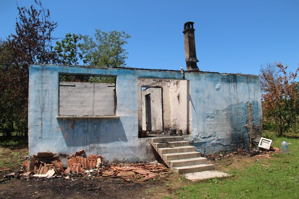 Evi yanan yaşlı kadına yardım eli
