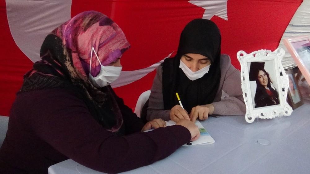 Evlat nöbetindeki anne, kızının acısını yazıya dökmek için kendi imkanlarıyla okuma yazma öğreniyor