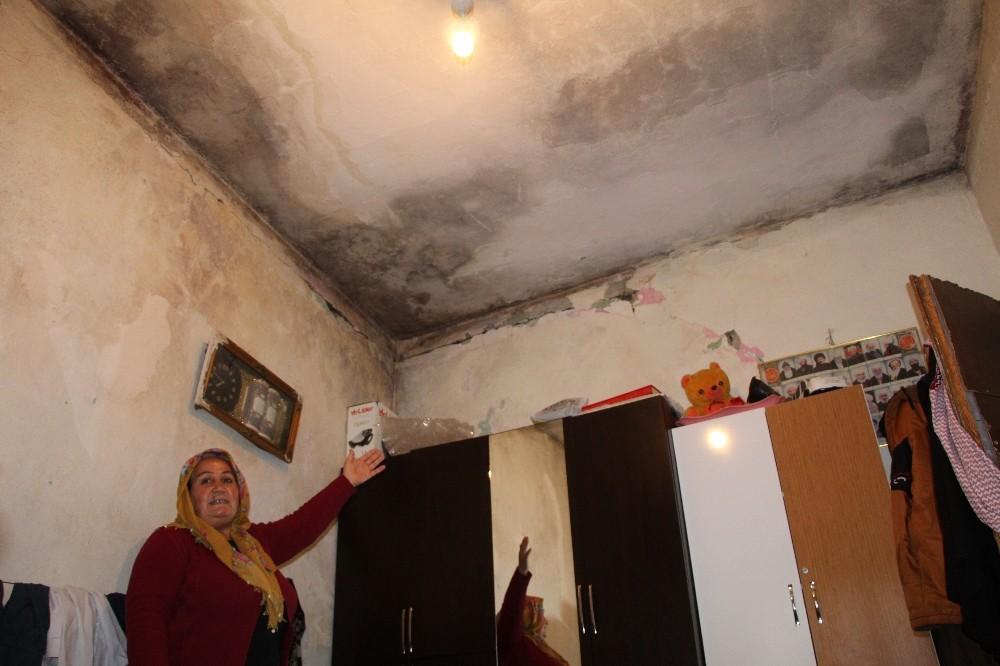 Evlerinin tavanı üzerlerine düşecek korkusuyla yaşıyorlar