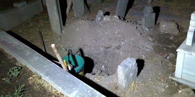Gece vakti mezarlıkta yakalandılar! Pes dedirten olay