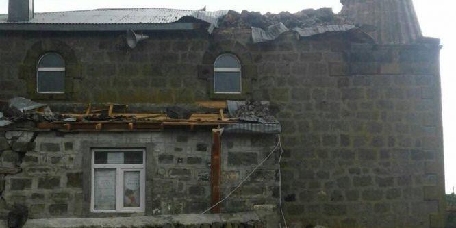 Rüzgar cami minaresini yıktı