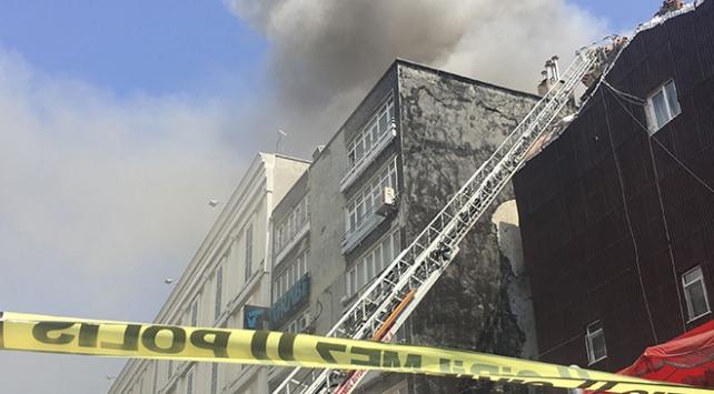 Fatih'te 4 katlı iş yerinde yangın