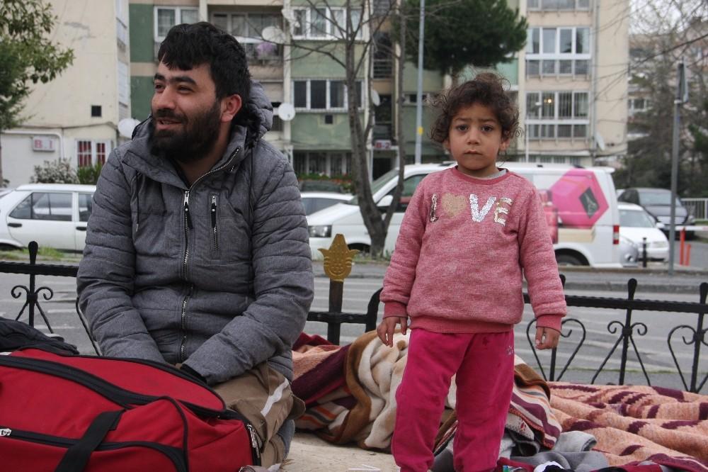 Fatih'te bekleyen mülteciler geceyi çimlerin üzerinde geçirdi