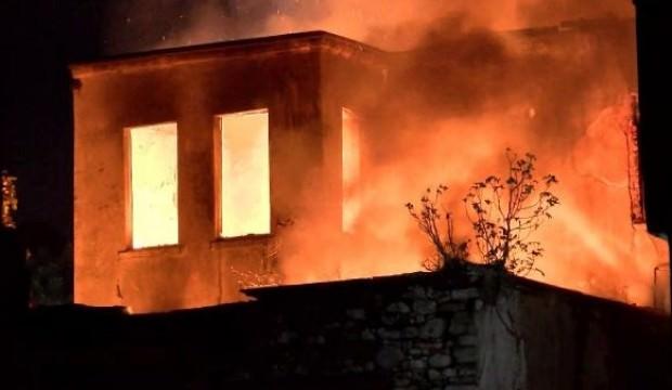 Fatih'te metruk bina alev alev yandı