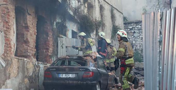 Fatih'te yangın çıkan metruk bina otomobilin üzerine yıkıldı