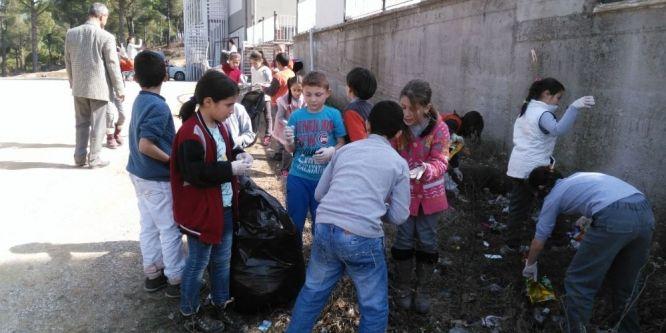 Öğrenciler çevre temizliği başlattı