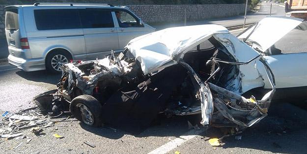 Feci kazada ölü ve yaralılar! Tırla kafa kafaya çarpışan otomobil hurdaya döndü
