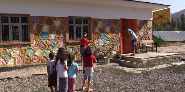 Fedakar öğretmenler Okullarını Eğitime Hazırlıyor Duvar Boyayıp