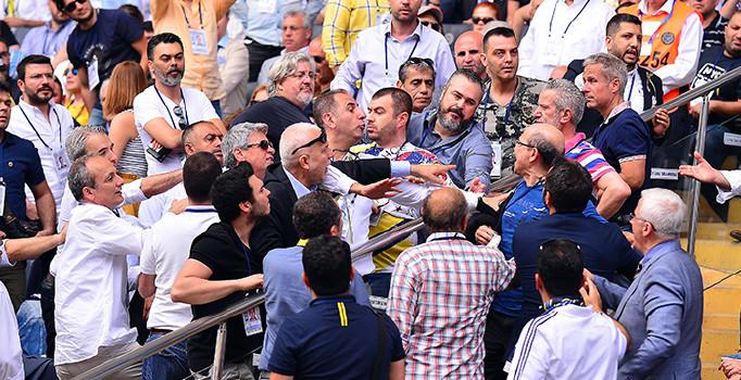 Fenerbahçe'nin tarihi kongresi gergin başladı