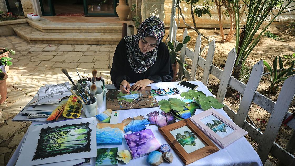 Filistinli genç kız asma yapraklarını sanat eserine dönüştürüyor