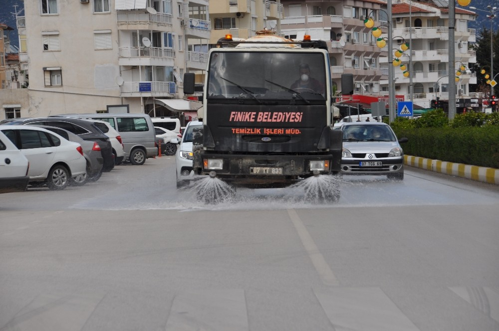 Finike'de bulvar ve ana caddeler temizlendi