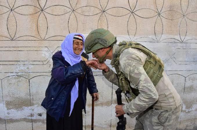 Fotoğraflar her şeyi anlattı! Türk Askeri'nin şefkat eli