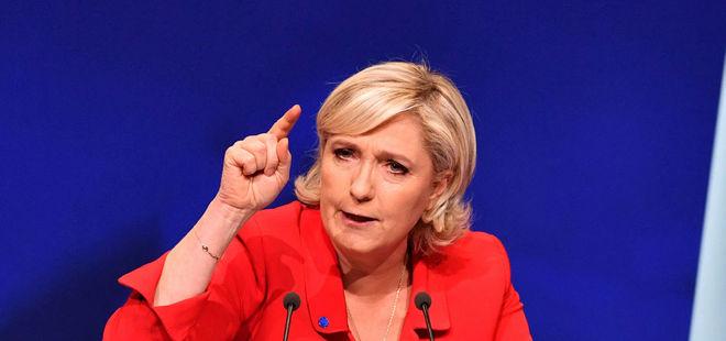 Fransa Cumhurbaşkanı adayı Le Pen arkasındaki AB bayrağını kaldırttı