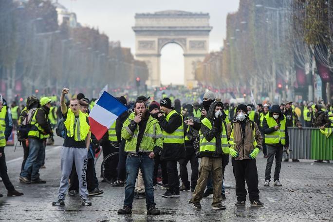 Fransa tekrar karıştı! Sarı yelekliler sokaklarda