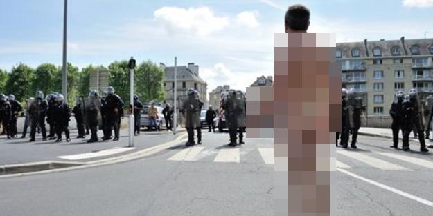 Fransa'da çıplak duran adam eylemi başladı!