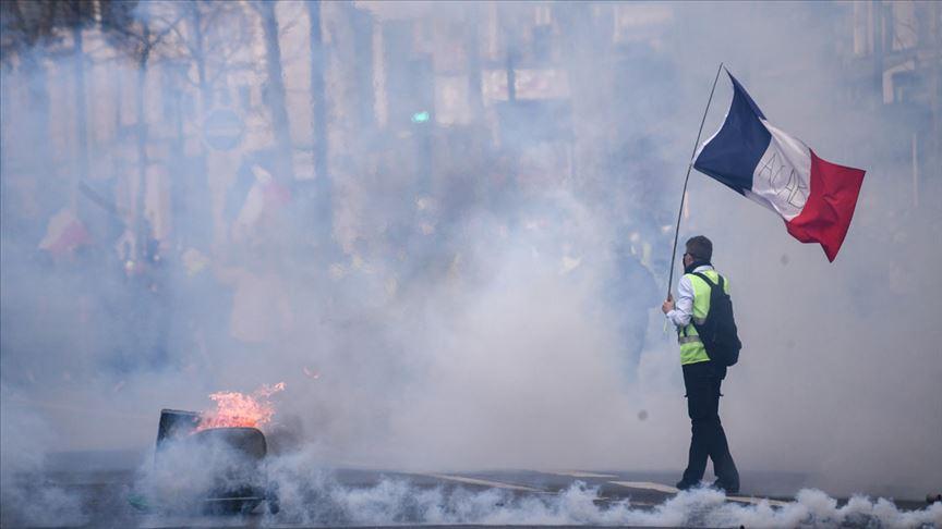 Fransa'da sarı yeleklilerin gösterileri 54. haftasında da devam ediyor