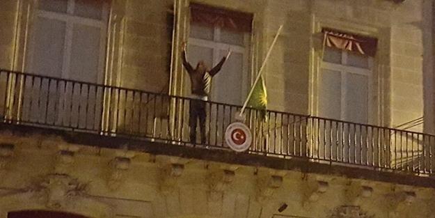 Türk bayrağını indirip, PKK flaması astılar!