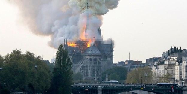 Fransa'nın ünlü Notre Dame Katedrali cayır cayır yanıyor!