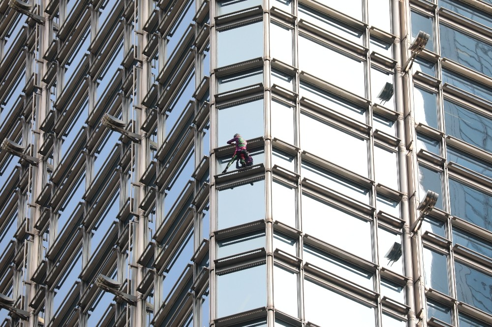 Fransız 'Örümcek Adam' bu kez Hong Kong'da gökdelene tırmandı