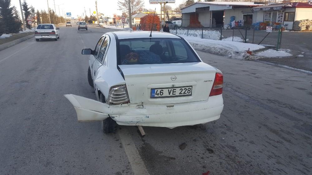 Frene bastı otomobil çarptı