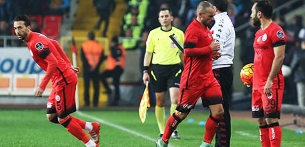 Galatasaray'da kriz! Sneijder sinirlenip oyundan çıktı