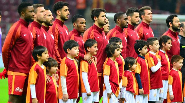 Galatasaray'da tam 9 futbolcuyla yollar ayrılıyor!