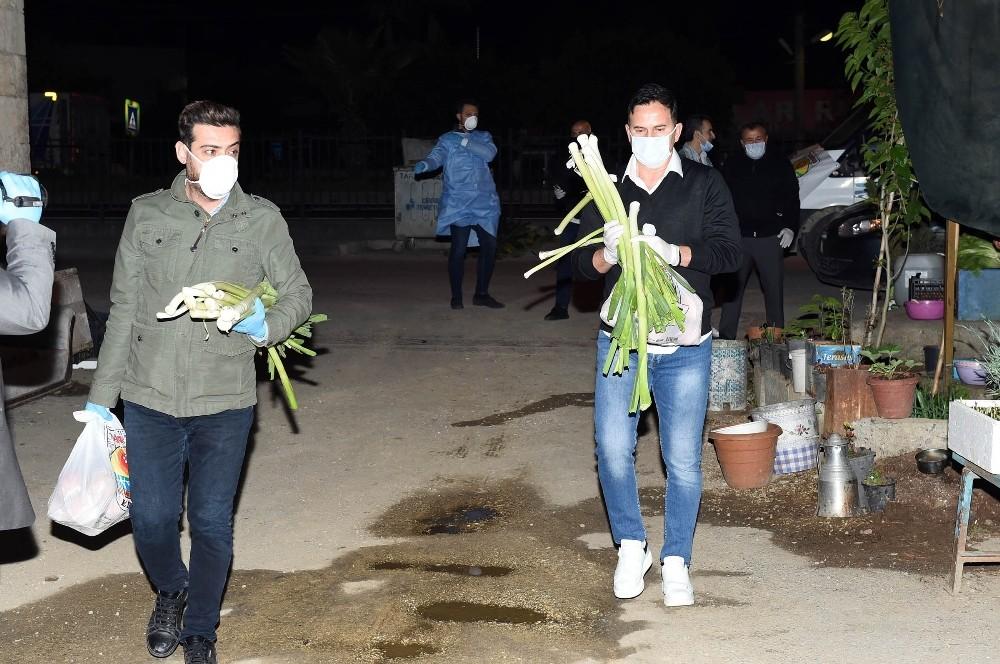 Galatasaray'ın efsanesi Ergün Penbe, Tarsus'ta gıda paketi dağıttı