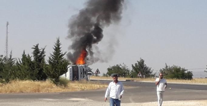 Gaziantep'te devrilen kamyon, alev alev yandı