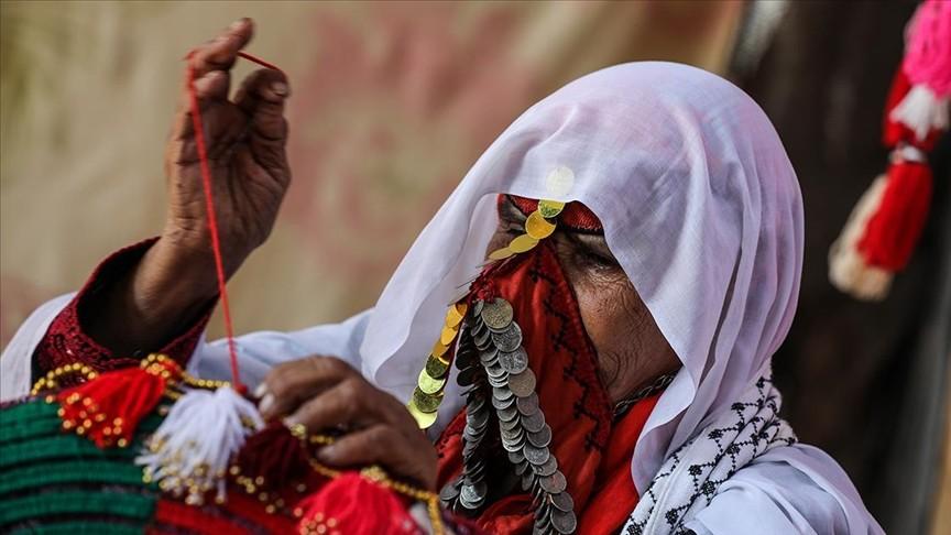 Gazzeli kadın 100 yıllık ceylan boynuzlarıyla kültürünü yaşatıyor