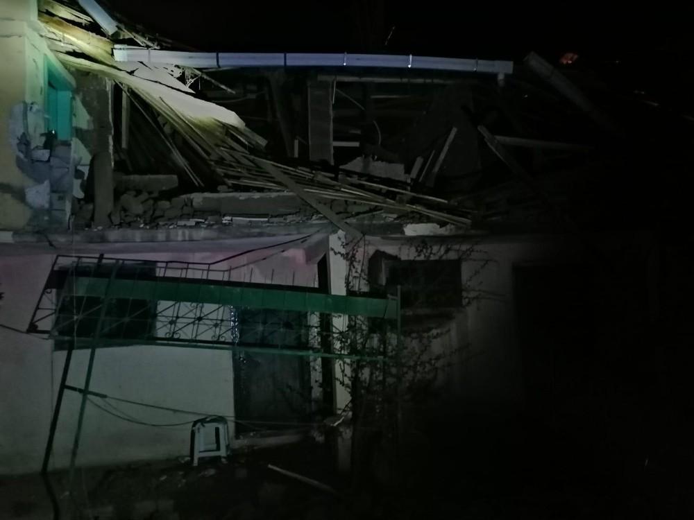 Gece yarısı patlayan tüp evlerini başlarına yıktı