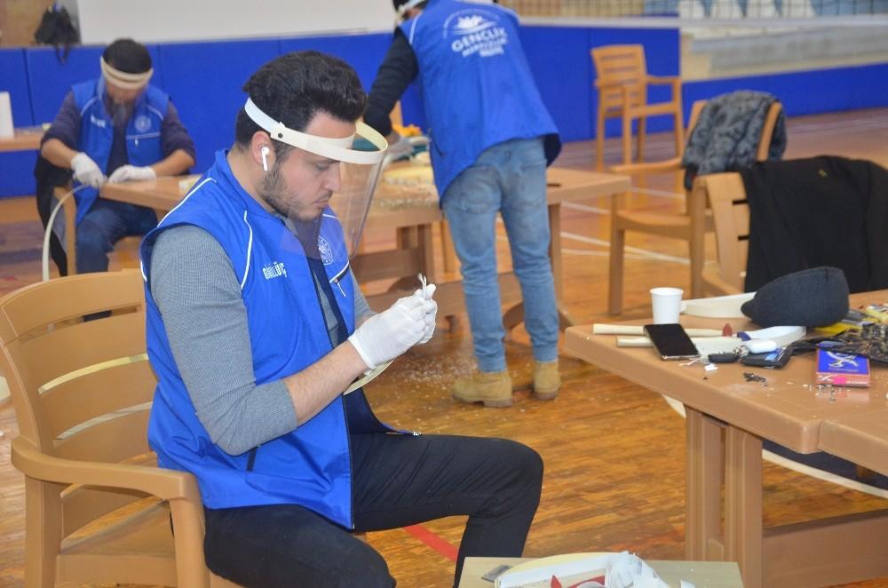 Gençlik liderleri de siperlik maske üretimine başladı