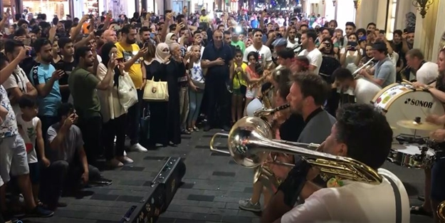 Gezici sanatçılar ıslıklarken, Fransız müzik grubu ezanı dikkatle dinledi