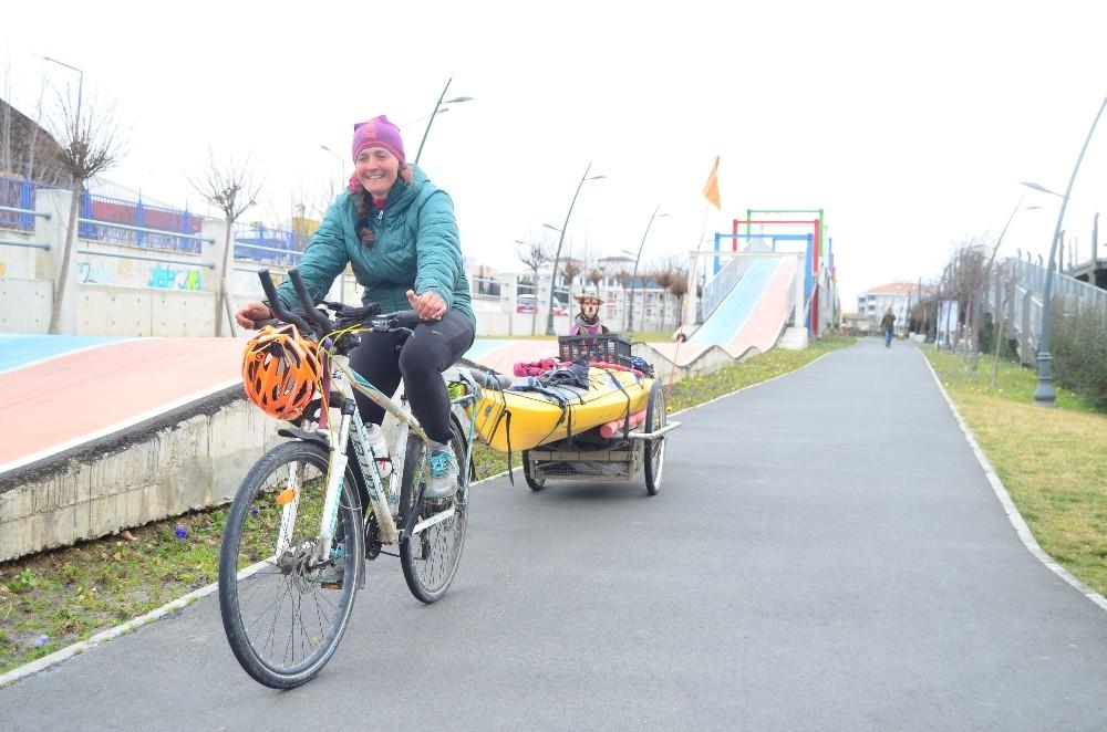 Göçmenler Avrupa'ya, o bisikletiyle Türkiye yolunda
