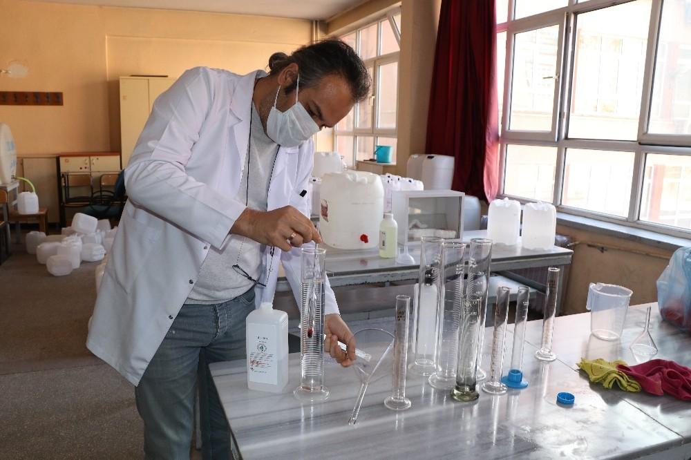 Gönüllü öğretmenler tarafından fabrika gibi dezenfektan üretimi yapıyor