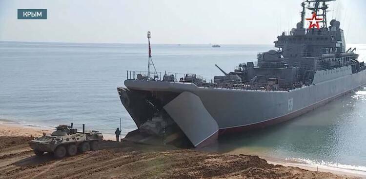 Görüntüleri resmi televizyon yayınladı! Karadeniz'e çıkarma yaptılar
