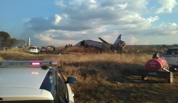 Güney Afrika'da uçak düştü: En az 20 kişi yaralı