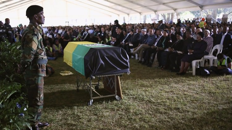 Güney Afrika'nın simge ismi toprağa verildi