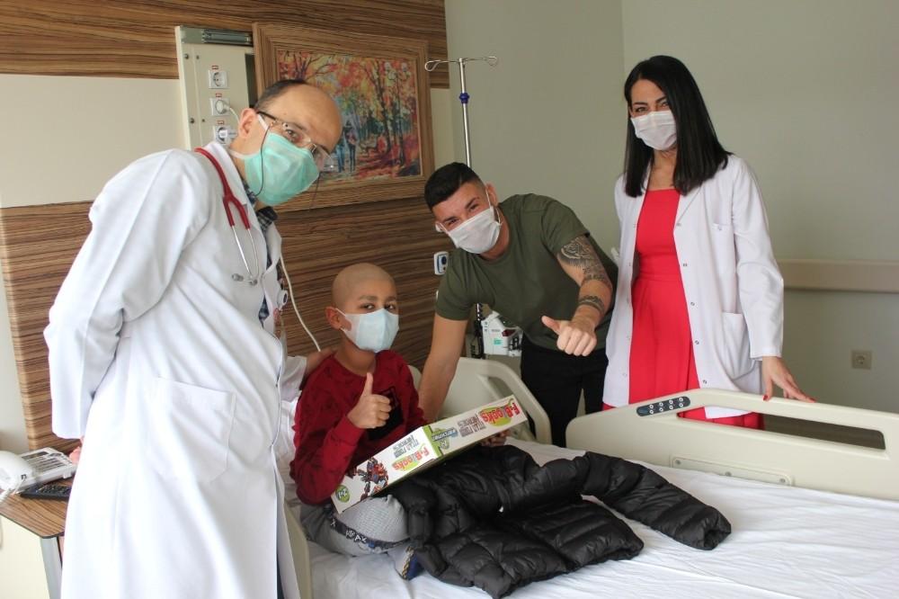 Gurbetçi futbolcudan hastanede yatan çocuklara anlamlı ziyaret