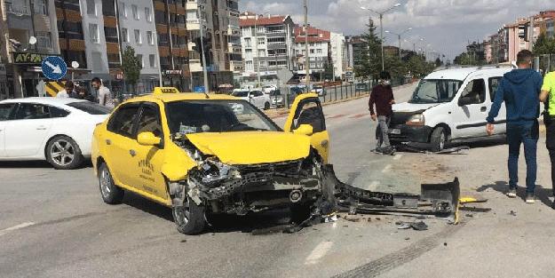 Hafif ticari araç ile taksi çarpıştı: Yaralılar var