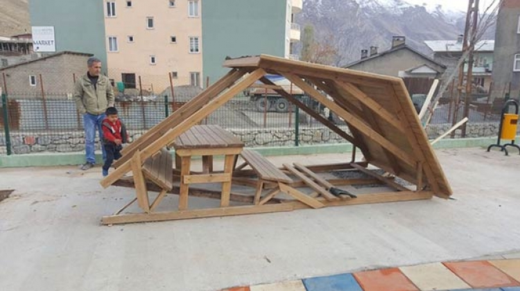 Hakkari'de yeni kurulan parklara saldırı yapıldı