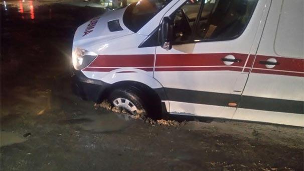 Hasta taşıyan ambulan çöken yolda mahsur kaldı