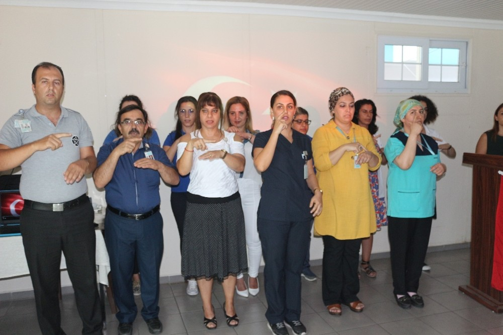 Hastane personelinden işaret dil ile hizmet
