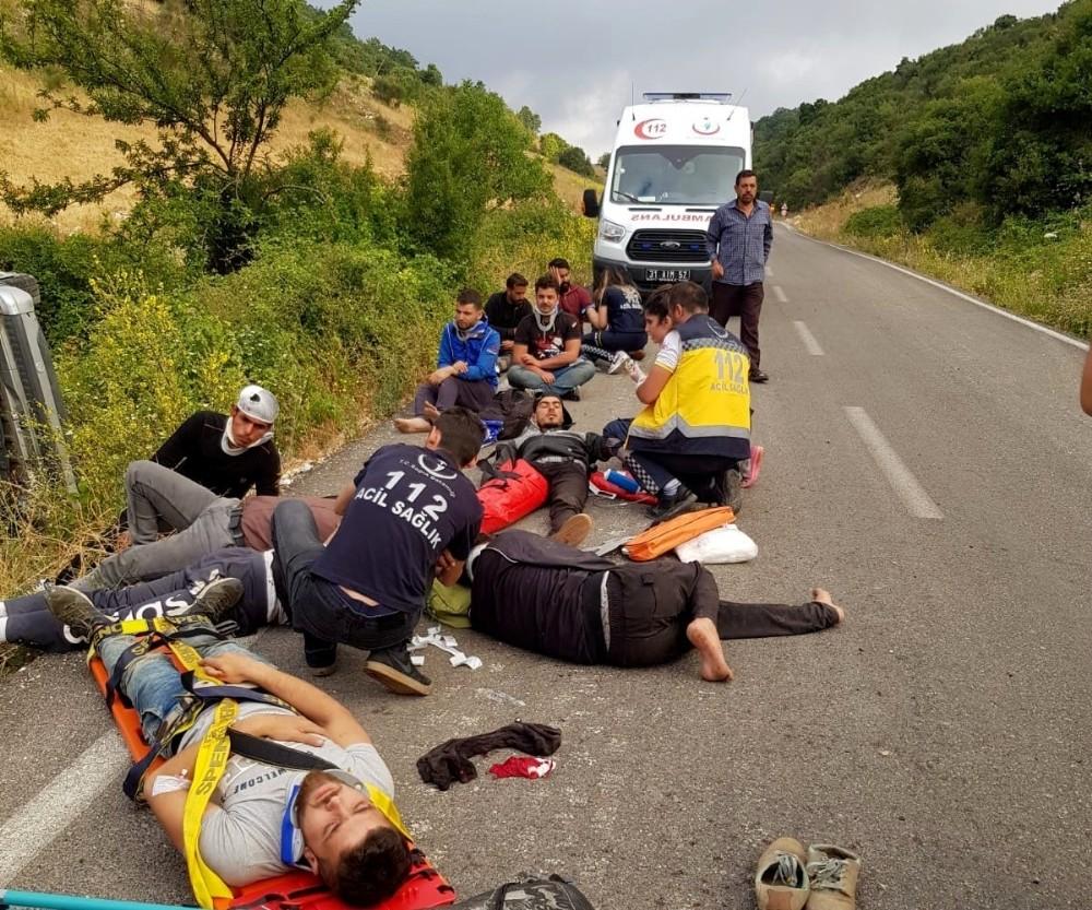 Hatay'da kaçak göçmen taşıyan kamyonet devrildi: 11 yaralı