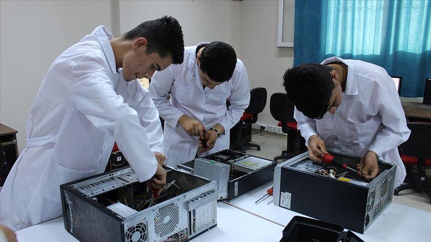 Hatay'da meslek lisesi öğrencileri köy köy dolaşıp bilgisayarları tamir ediyor