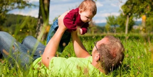 Havaya fırlatarak bebek sevmek doğru mu?