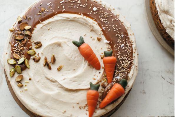 Havuçlu tarçınlı kek tarifi | Krema ve karamel soslu havuçlu kek nasıl yapılır?