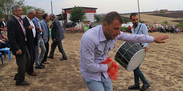 HDP'liler, 'evlenmemek için kaçtı' demişlerdi... Hacire annenin oğlu Mehmet Akar evlendi